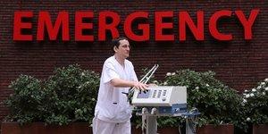 Coronavirus : Un infirmier pousse un respirateur artificiel, A l& 39 hOpital Saint-Jean, en Belgique