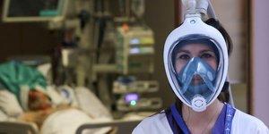 Coronavirus : une infirmiEre porte le masque de plongEe Easybreath de la marque DEcathlon