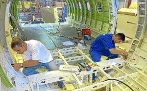 Deux ouvriers de l& 39 usine aEronautique LatEcoEre de Toulouse travaillent le 05 juillet 2002 sur la fabrication d& 39 une structure d& 39 avion Airbus.      AFP PHOTO   PASCAL PAVANI