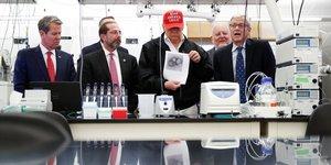 Donald Trump montre une photo du Covid-19/Coronavirus au Centres pour le contrôle et la prévention des maladies d'Atlanta