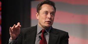 Elon musk, le patron de tesla, se met encore la sec a dos