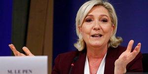 """France 2022: le pen candidate """"sauf si les adherents decident autrement"""""""