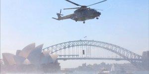 Hélicoptère naval d'Eurocopter survolant l'Opéra de Sidney