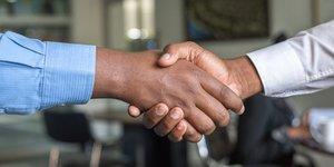 Illustration. Deux hommes se serrent la main au travail, au bureau. Serrer la main. Salutation. Main tendue.