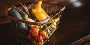 LEgumes frais dans un caddy, livraison de nourriture, fruits et lEgumes
