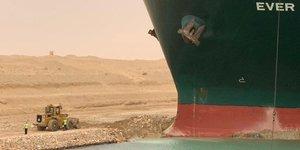 Les operations de remorquage reprennent sur le canal de suez, toujours bloque