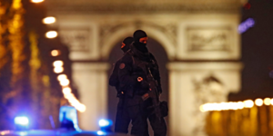 Policiers cagoulés sur les Champs-Elysées après la fusillade du 20 avril