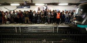 Usagers du métro, arrêt Gare du Nord, attendent durant grève syndical RATP contre réforme des retraites, 13 septembre 2019
